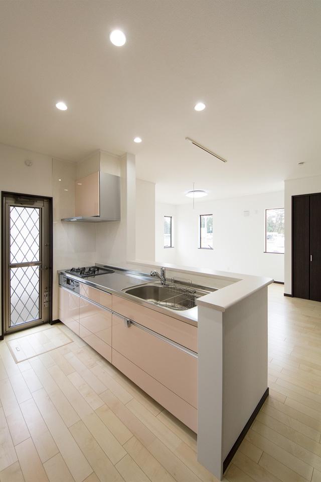 ライトピンクのキッチン扉が可愛らしくキッチンを彩ります。