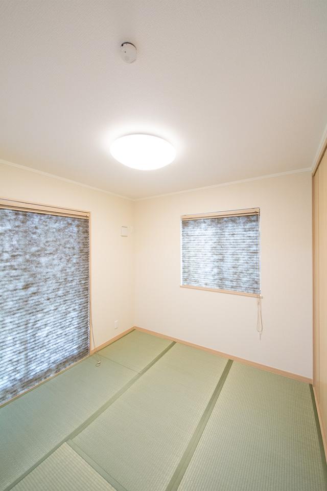 白のクロスと畳のさわやかなグリーンが心地のよい空間に。