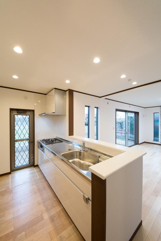 白のキッチン扉とステンレストップが清潔感を演出するキッチン。