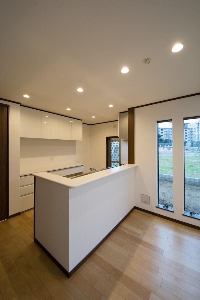 キッチン横に配した縦すべり窓が、明るく開放感を演出します。