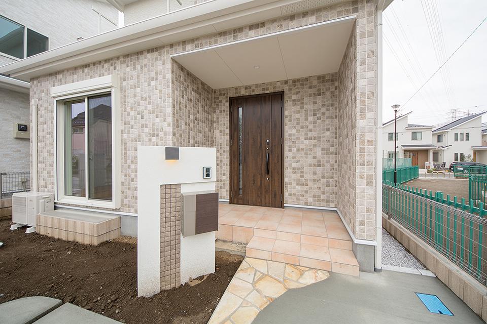 重厚感あるアンティーク調の玄関ドアがナチュラルな雰囲気を盛り上げます。