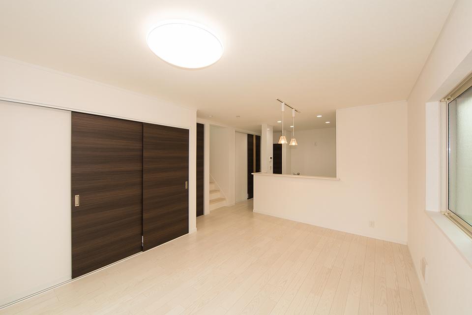 美しく清潔感あるアッシュホワイトのフローリング。ビターオークの建具が空間を引き締め、スタイリッシュな印象を与えます。