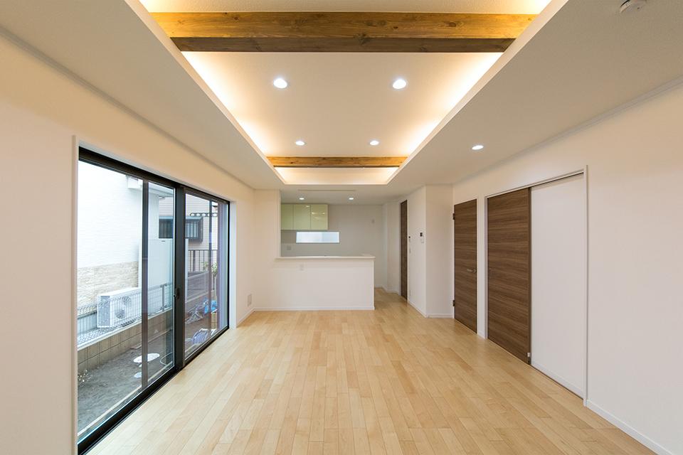 折り上げ天井の見せ梁と間接照明がナチュラルであたたかみのある空間を演出。