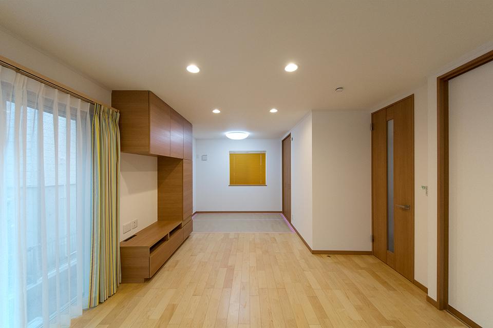 ブラウンの建具がナチュラルであたたかみのある空間を演出します。