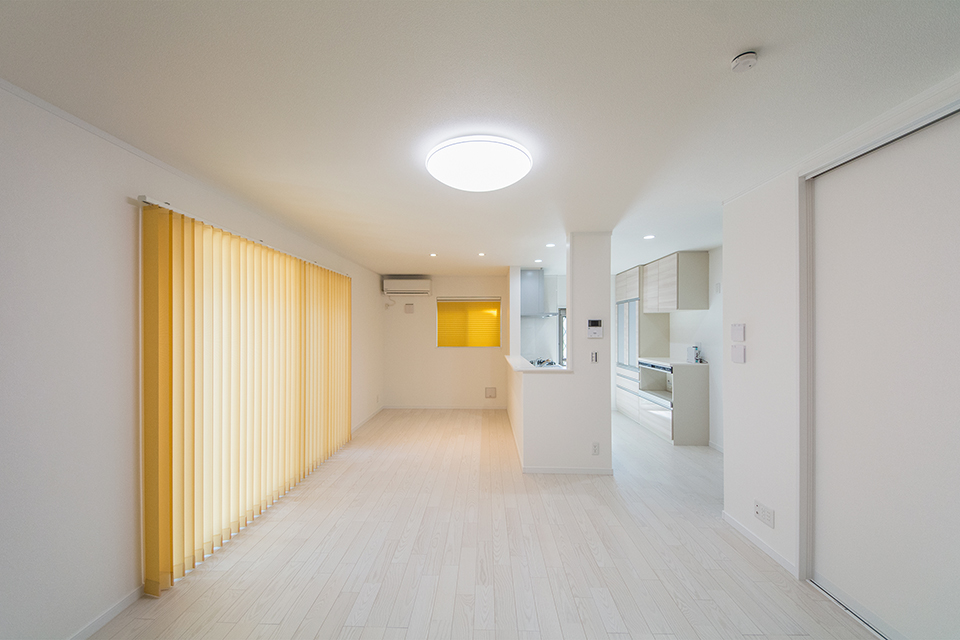 室内は白を基調とした明るい空間に。