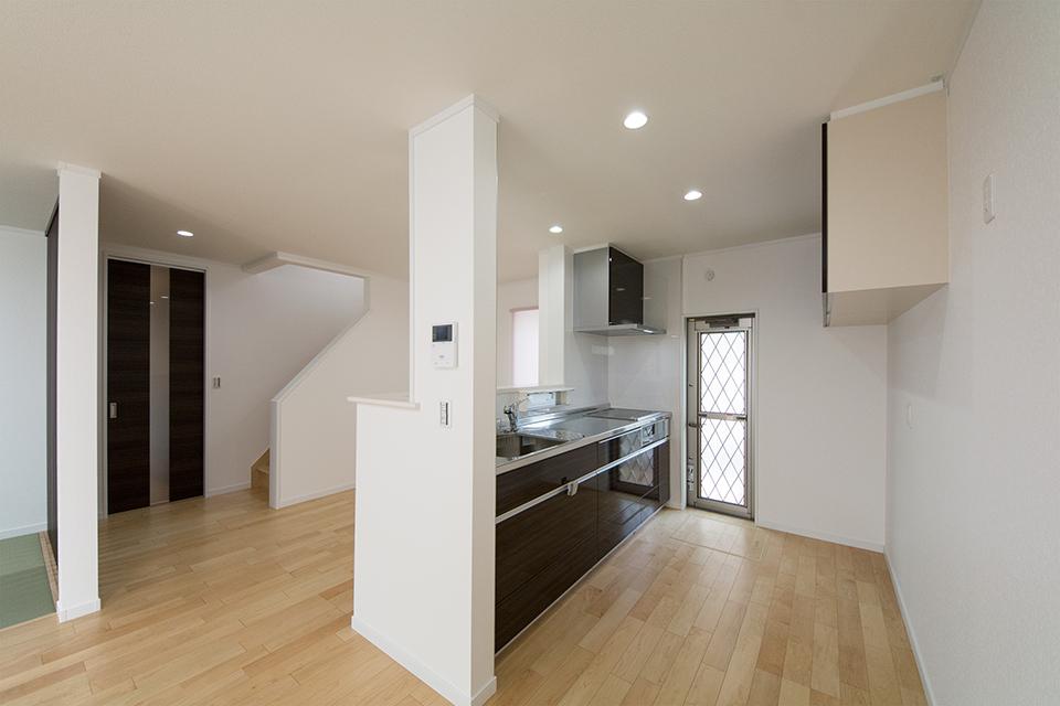 スタイリッシュな配色のキッチンスペース。