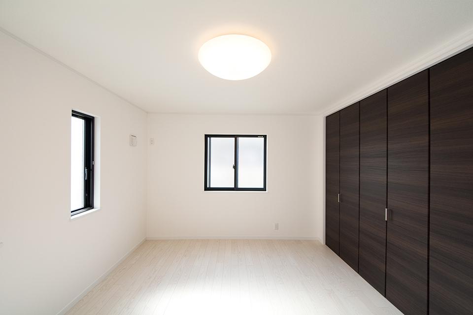 清潔感あふれる2階洋室。