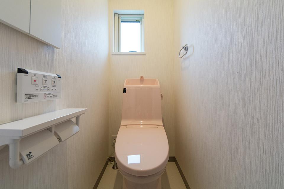 1階同様ライトピンクの可愛らしい2階トイレ。