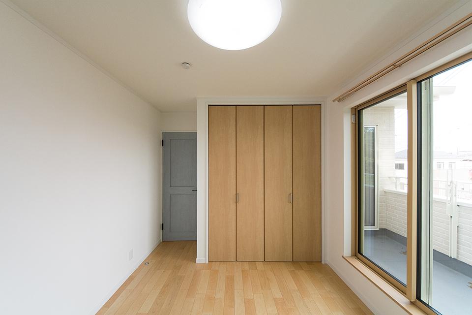 シャビーなブルーペイント調のドアがノルディックモダンを演出。