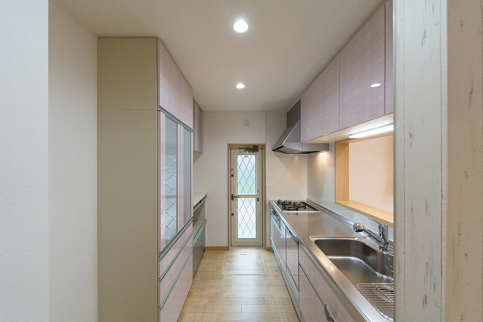 爽やかなローズのキッチン扉&カップボード。清潔感溢れるキッチンスペース。