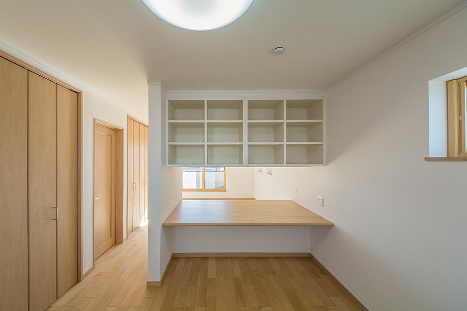 カウンターと造作収納で間仕切りした2階洋室。