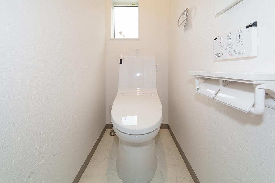 白を基調とした清潔感のある2階トイレ