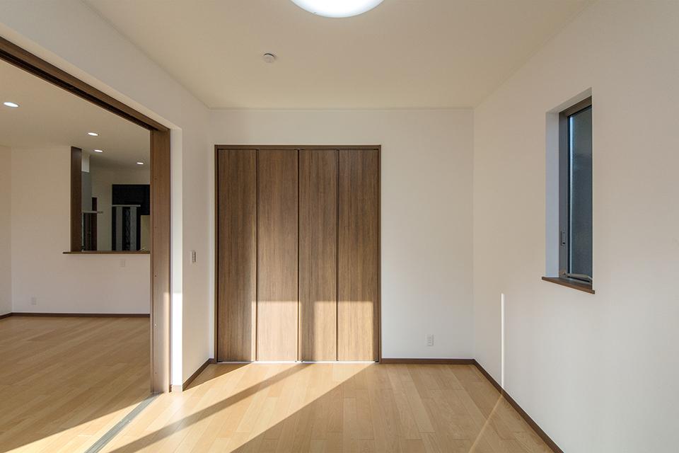 引き戸を開け放てばLDKと違和感なく調和し、開放感いっぱいの大空間に。