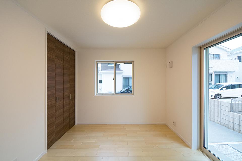 1階洋室。リビング同様ナチュラルな雰囲気で心地よい空間に。