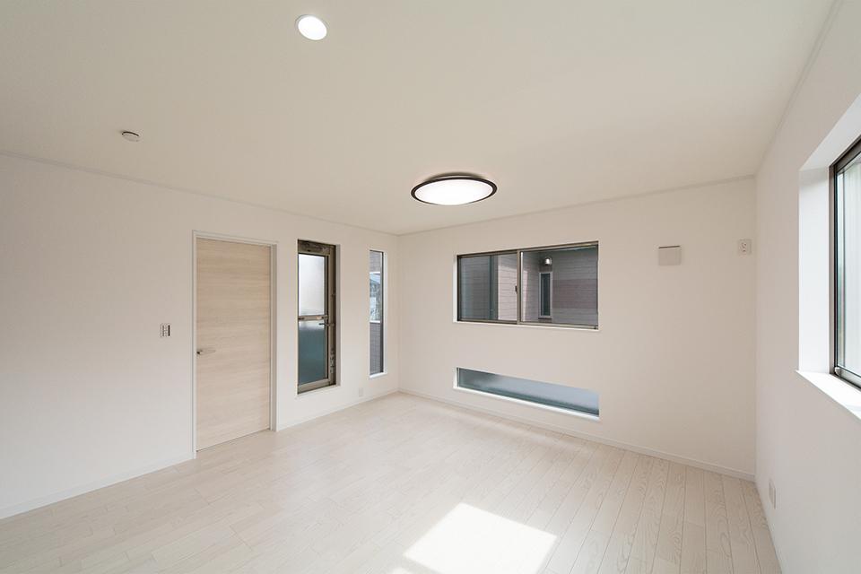 美しく清潔感あるアッシュホワイトのフローリング。ナチュラルな空間に横長のデザイン窓がモダンな表情を演出します。