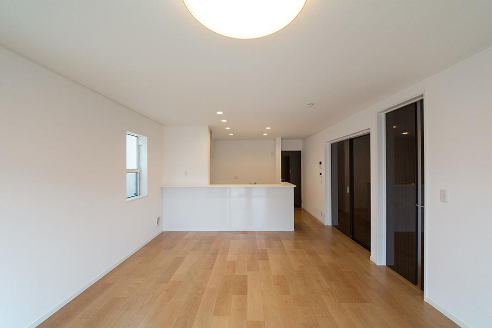 木の温かみを感じるナチュラルな配色の室内空間。