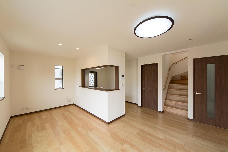 ダークブラウンの建具が空間を引き締め、スタイリッシュな印象をプラスします。