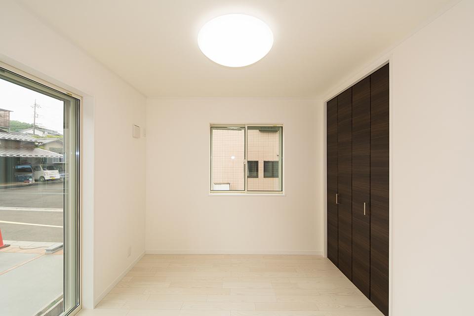 1階洋室。リビング同様、美しく清潔感あるアッシュホワイトのフローリング。