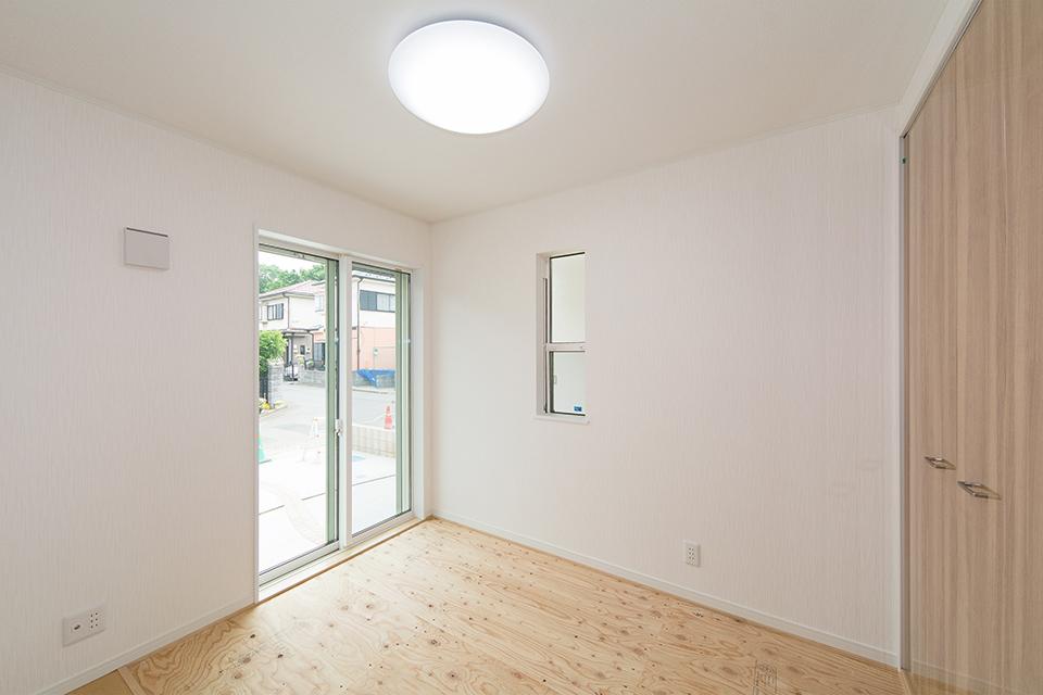 1階畳敷き洋室(写真は畳設置前)。ハードメープルのフローリングが優しくてナチュラルな空間を演出します。