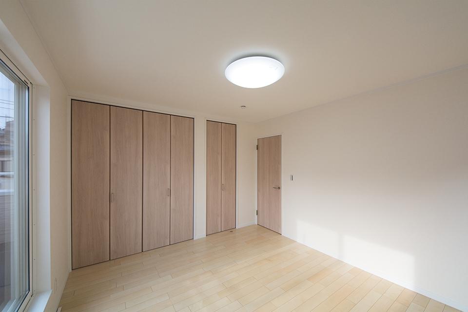 2階洋室。リビング同様ナチュラルな配色で穏やかな空間に。