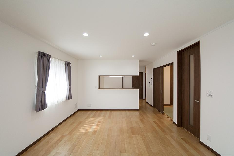 穏やかな木目と緻密な木肌が印象的なバーチのフローリング。ブラウンの建具と相まって、ナチュラルな空間を演出します。