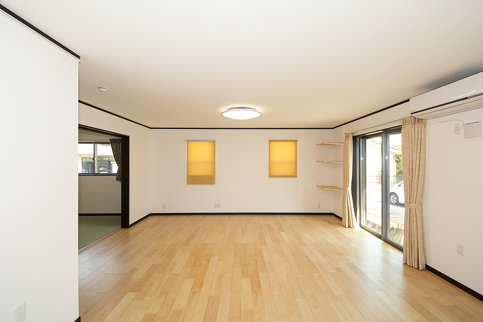 広々とした20帖のリビング。二つ並んだ窓が端正な表情で落ち着きのある空間を演出します。