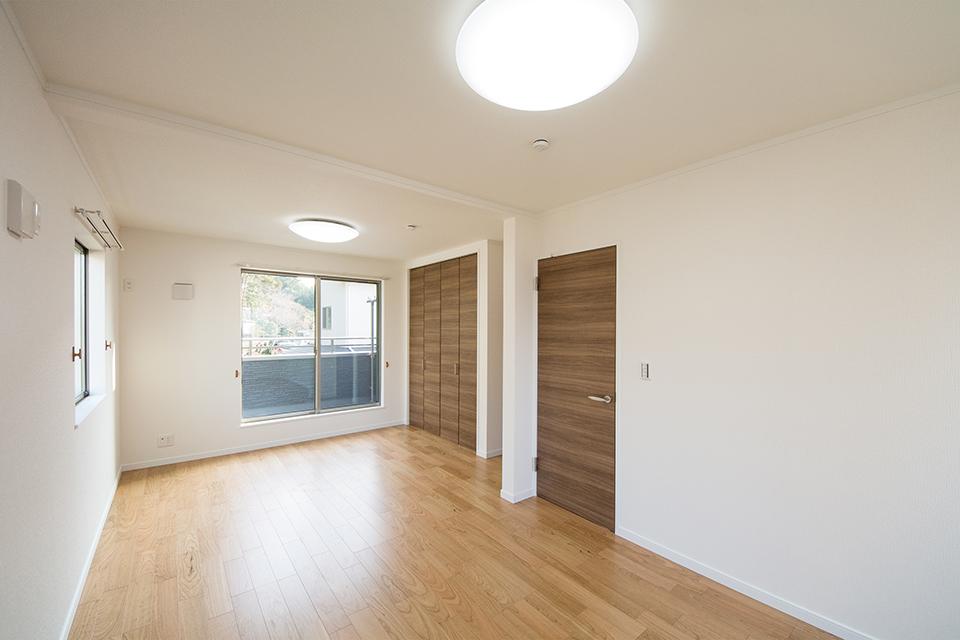 リビング同様ナチュラルな雰囲気に仕上がった2階洋室。