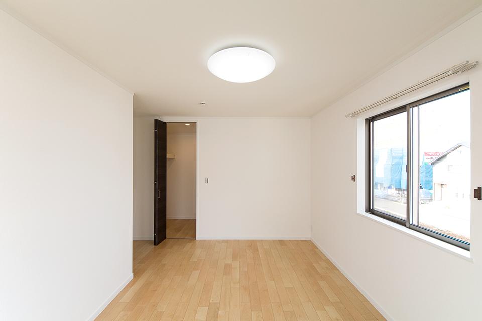 ウォークインクローゼットを設えた利便性のある主寝室。