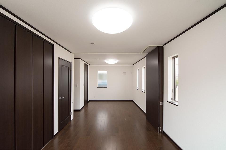 2階洋室。リビング同様重厚感ある風合いでエレガントな空間に。