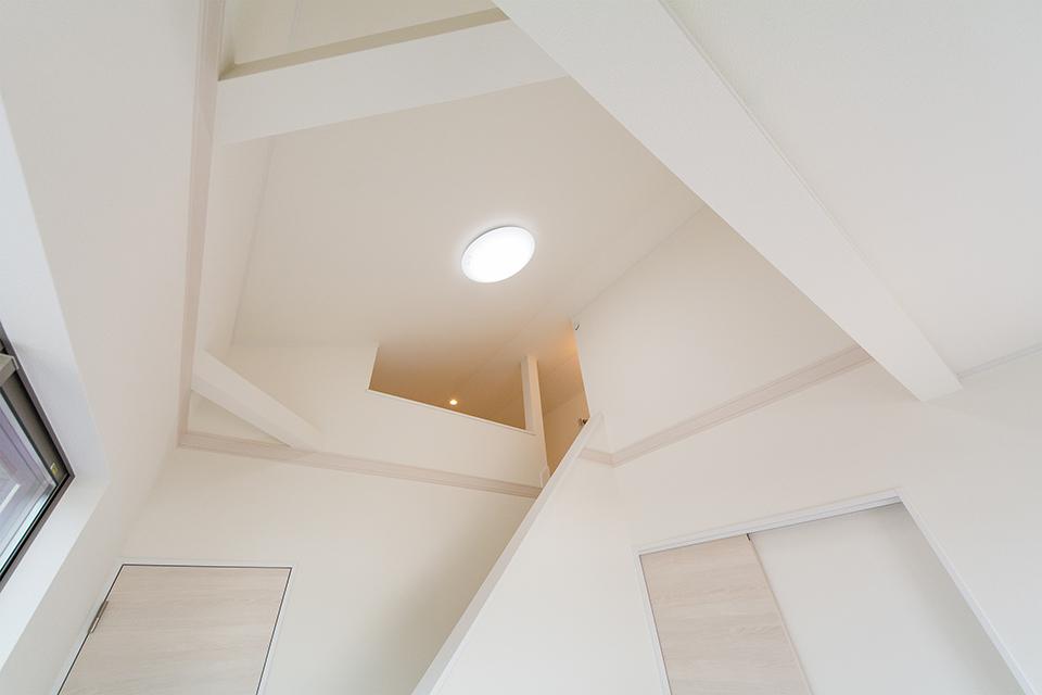勾配天井で開放感のある空間。