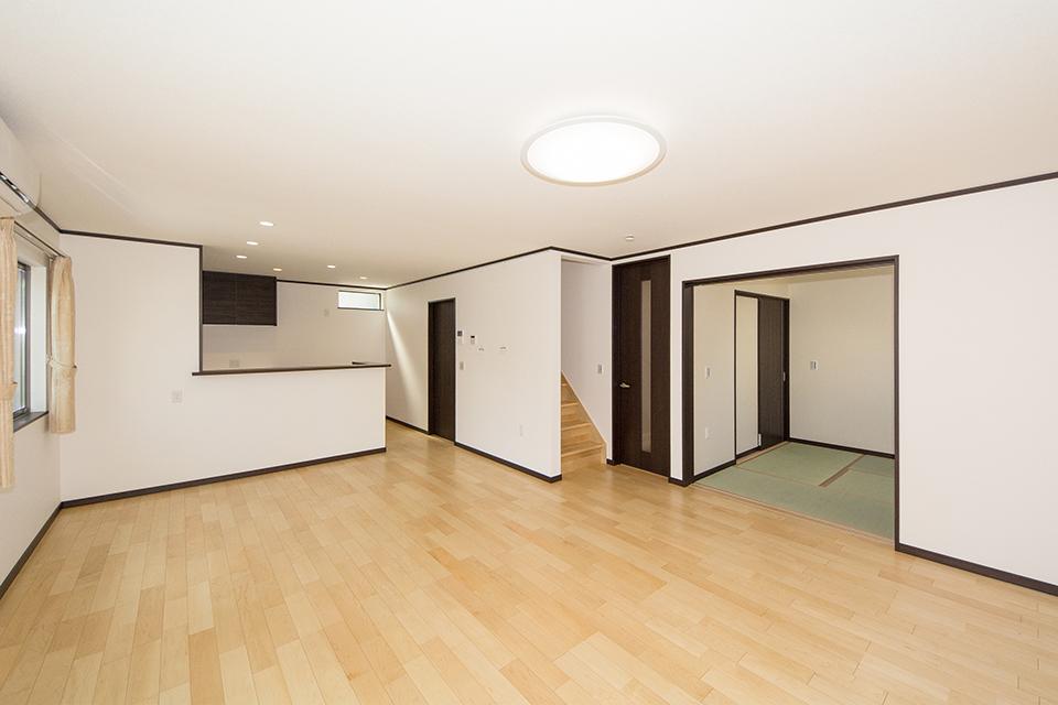 ダークブラウンの建具が空間を引き締め、スタイリッシュな印象を与えます。