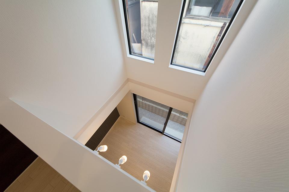 開放感を演出する吹き抜け。2階廊下から撮影。