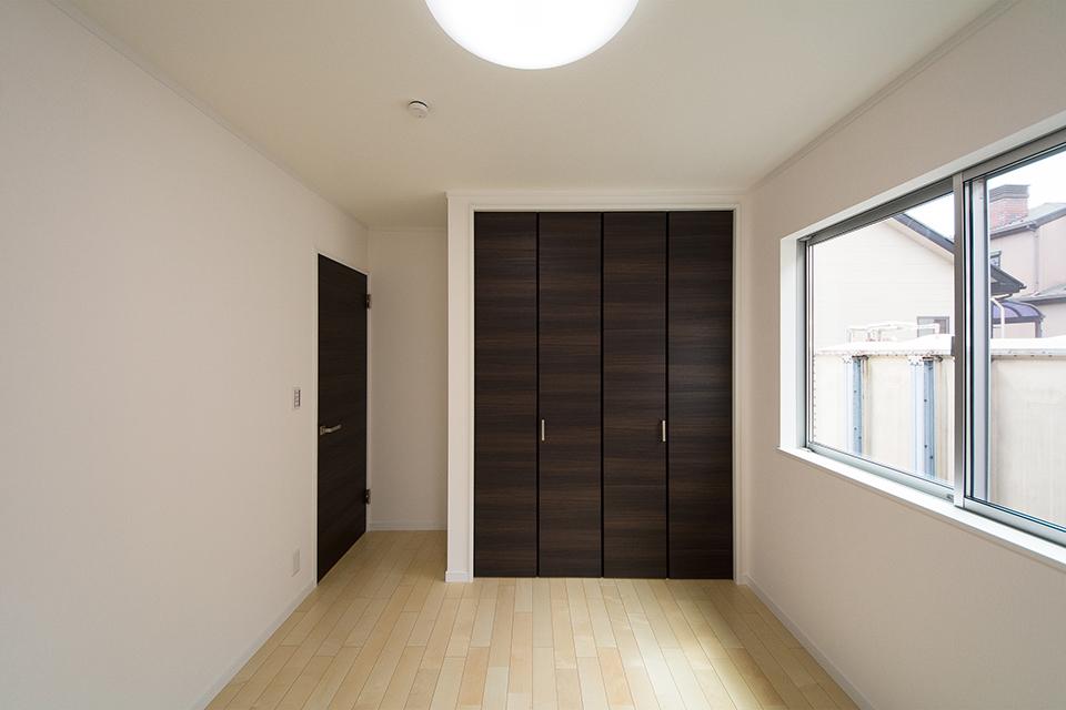 2階洋室。リビング同様ナチュラルな雰囲気で心地よい空間。