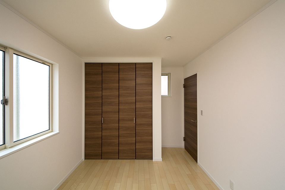 2階洋室。リビング同様ナチュラルな雰囲気で心地よい空間に。