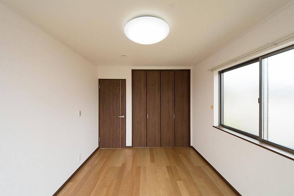 2階洋室。リビング同様のナチュラルでスタイリッシュな空間に。