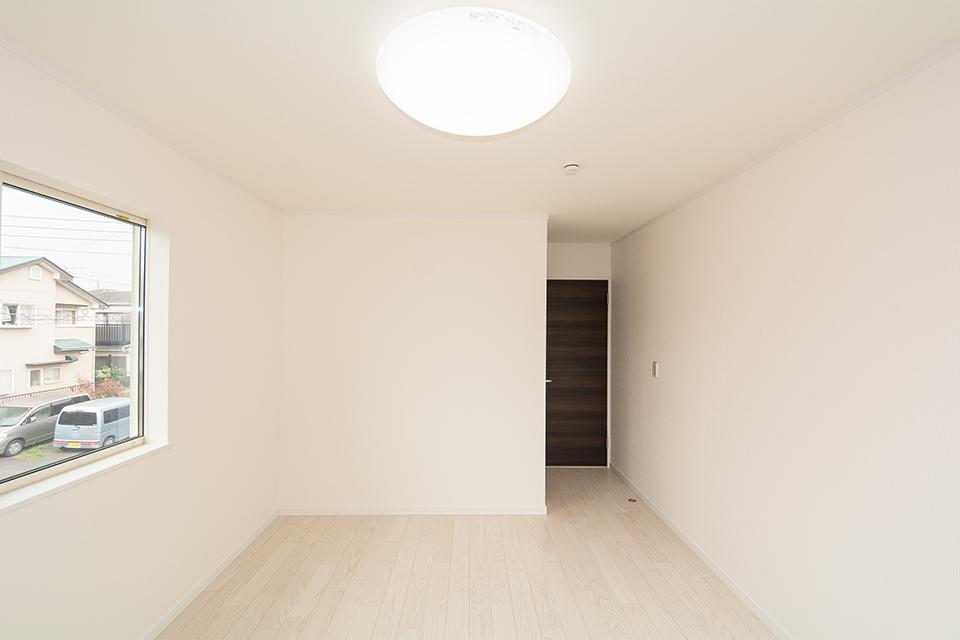 2階洋室。リビング同様の配色。