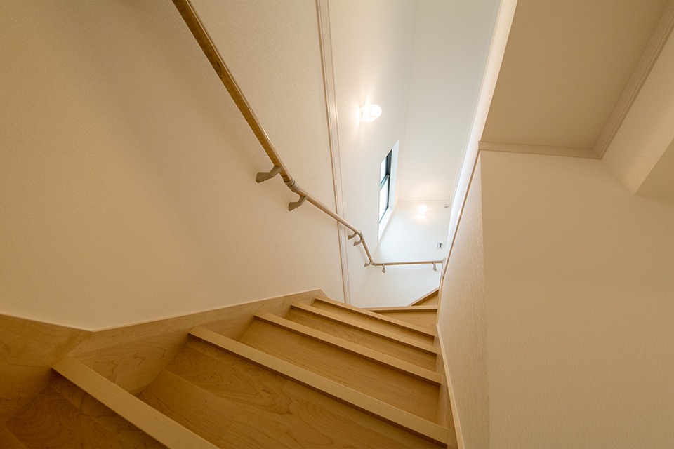明るく開放感のある階段。