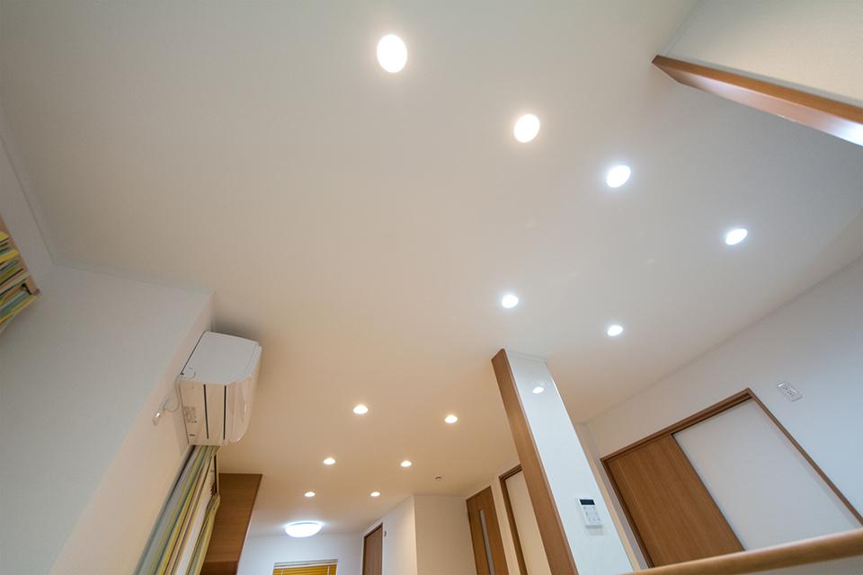 LEDのダウンライトが空間をオシャレに演出します。