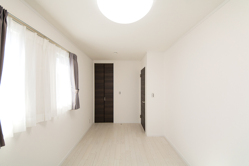 白を基調とした明るい室内。ビターオークの建具が空間を引き締めます。