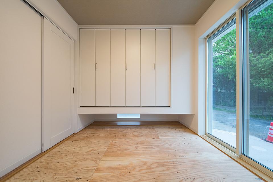 クローゼットと床の間に小窓を設え、自然光を取り入れる工夫を。
