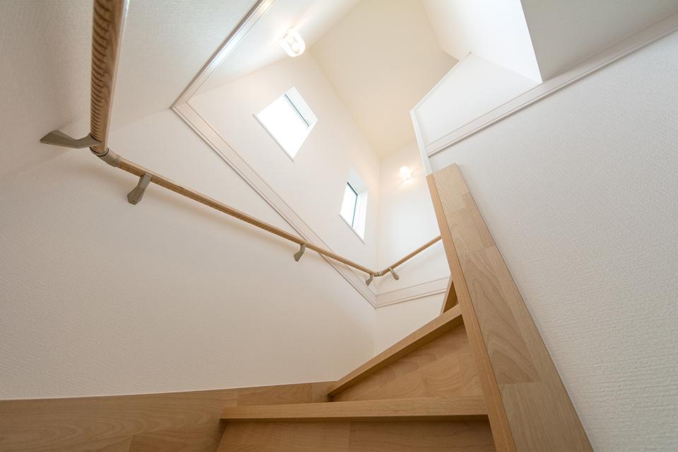 明るく開放感のある階段スペース。
