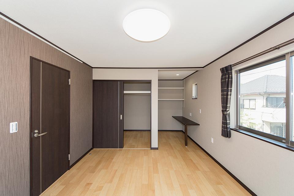 書斎や大きなウォークインクローゼットを設けた2階洋室。