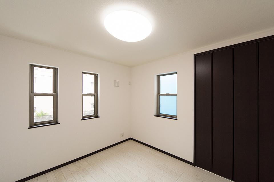 2階洋室。アッシュホワイトのフローリングが、明るく清潔感のある空間を演出します。
