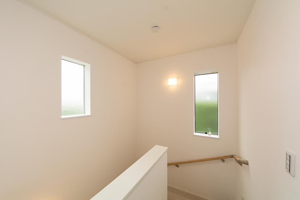 大きな窓をしつらえた、明るく開放感のある階段スペース。