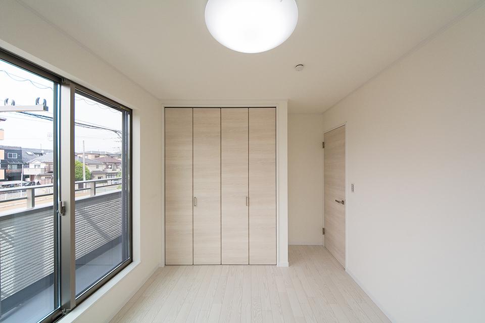 アッシュホワイトのフローリングが明るく清潔感のある空間を演出。
