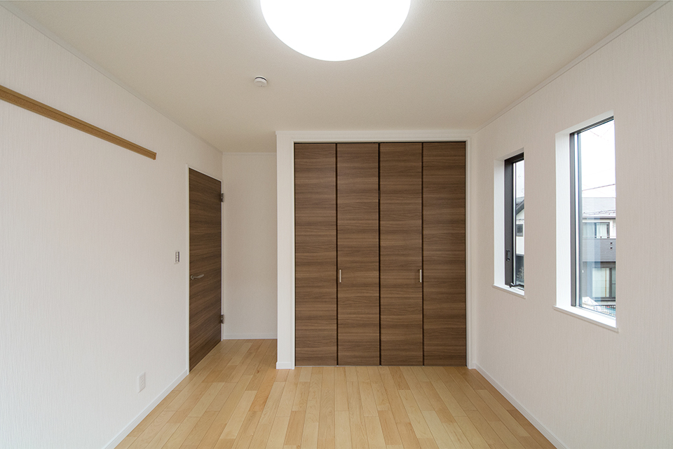 温かみのあるナチュラルな配色の2階洋室。