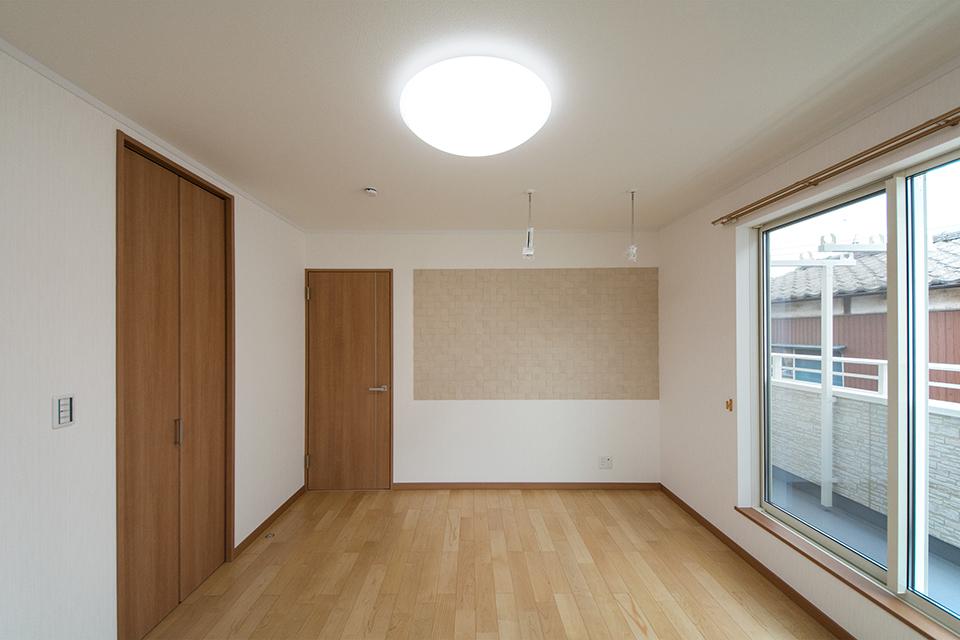 2階主寝室には、空気を美しく整えるエコカラットを設えました。