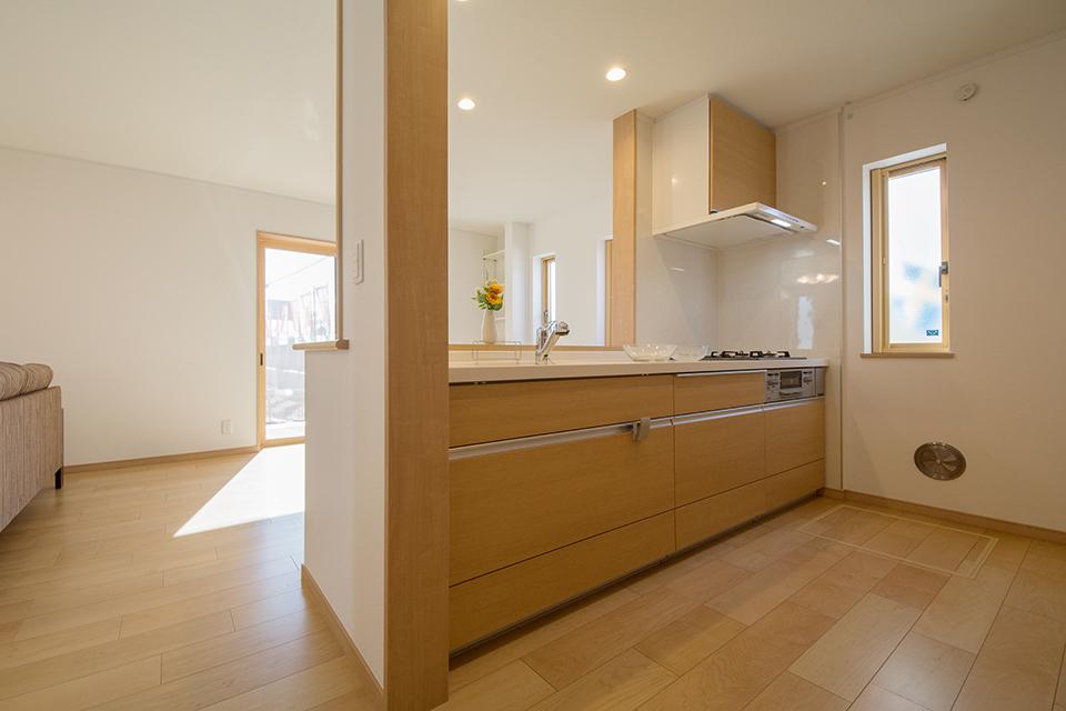 ブラウンのキッチン扉。ナチュラルであたたかみのあるキッチンスペースに。