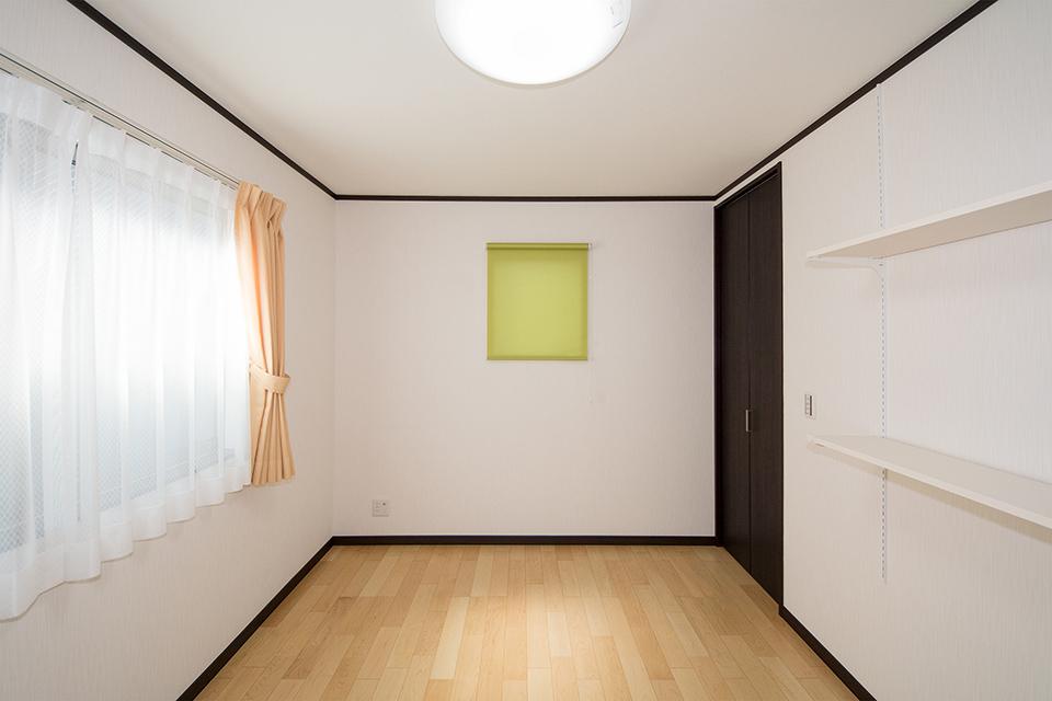 ウォークインクローゼットや便利な可動棚を設えた2階洋室。