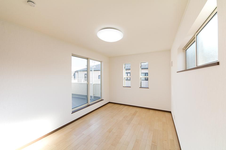 3面に窓を配した室内は、たくさんの光と風を招き入れ、開放感あふれる心地良い空間に。